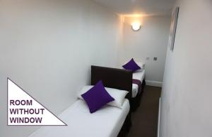 A bed or beds in a room at Accommodation London Bridge
