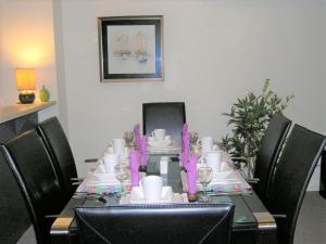 A restaurant or other place to eat at Insaa Serviced Apartments Dandenong