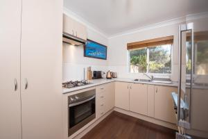 A kitchen or kitchenette at Erulisse-Spacious townhouse with magical lake views