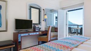 تلفاز و/أو أجهزة ترفيهية في فندق كمبنسكي بربروس بي بودروم