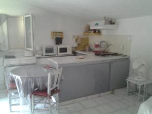 A kitchen or kitchenette at Appartement A Lambesc