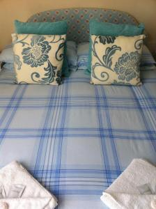 A bed or beds in a room at Seahaven House