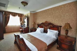 A bed or beds in a room at Park Hotel Stara Zagora