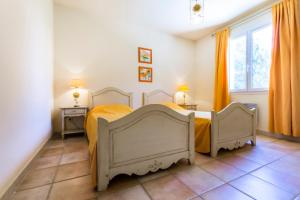 A bed or beds in a room at Maeva Particuliers Résidence Pont Royal en Provence