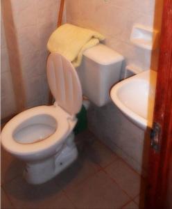 A bathroom at Merced Residencial