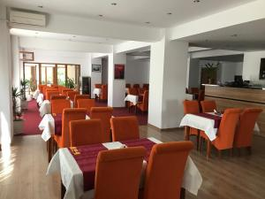 A restaurant or other place to eat at Hotel Otopeni