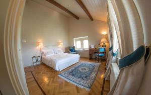 Letto o letti in una camera di Castello Di Mornico Losana