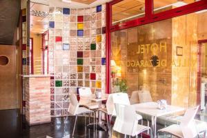 Un restaurante o sitio para comer en Hotel Villa de Zaragoza