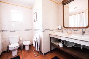 A bathroom at Solar do Morgado Oliveira