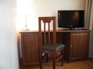 A television and/or entertainment centre at Hotel Pahra