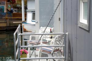A balcony or terrace at A Float Home B&B in Fisherman's Wharf