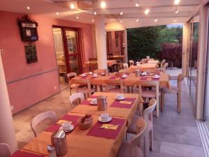 A restaurant or other place to eat at Bed and Breakfast Villa Hallau