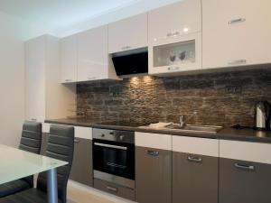 Kuchyňa alebo kuchynka v ubytovaní DELUXE Rožnov