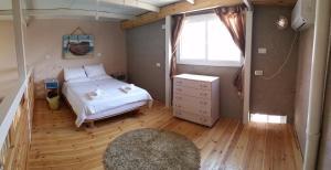 מיטה או מיטות בחדר ב-באר אורה צימר