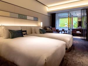 A bed or beds in a room at Solaria Nishitetsu Hotel Kyoto Premier
