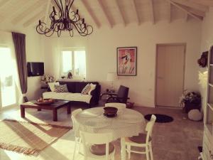 En sittgrupp på Luxury Villa in Kechria 2