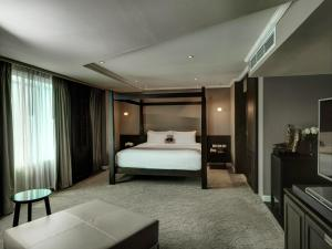 A bed or beds in a room at S15