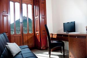 Una televisión o centro de entretenimiento en Hotel San Sebastián Hospedería