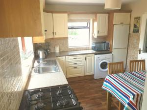 A kitchen or kitchenette at Cromlech Cottage