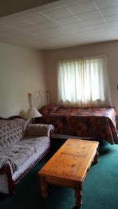 A seating area at Pathfinder Motel & R.V. Park