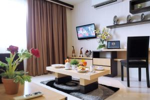 A television and/or entertainment centre at Nagoya Mansion Hotel and Residence
