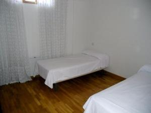 A bed or beds in a room at Pensión Calle Mayor