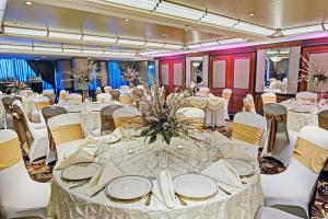 A restaurant or other place to eat at Inn at Great Neck; BW Premier Collection