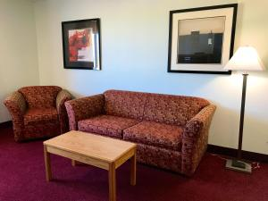 A seating area at Super 8 by Wyndham Kindersley