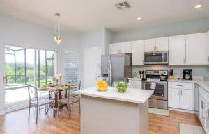 A kitchen or kitchenette at Cozy House with Private Pool and Spa in Resort Near Disney - Windsor Hills 2637