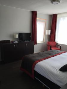 A bed or beds in a room at Bed & Breakfast Huys aan zee