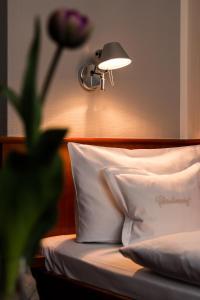 A bed or beds in a room at Historik Hotel Garni Christinenhof