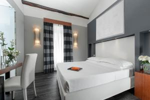 A bed or beds in a room at Metropolis - Hotel di Charme