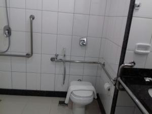 A bathroom at Pratti Hotel