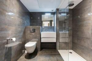 A bathroom at Tropezienne Deluxe Apartment