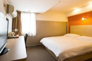 A bed or beds in a room at Motel Taiyuan Changzhi Road South Kouzhuang Street