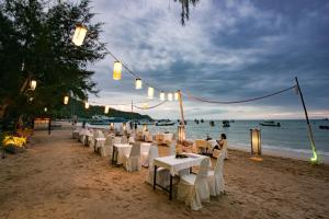 A restaurant or other place to eat at Koh Tao Montra Resort