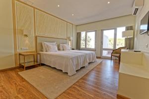 A bed or beds in a room at Carvoeiro Hotel