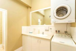 A bathroom at Globe Apartments