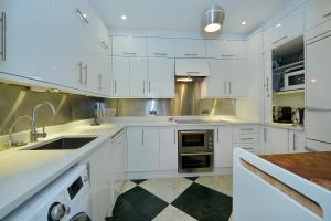 A kitchen or kitchenette at Ennismore Mews