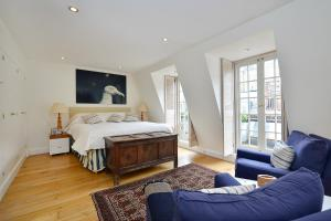 A bed or beds in a room at Ennismore Mews