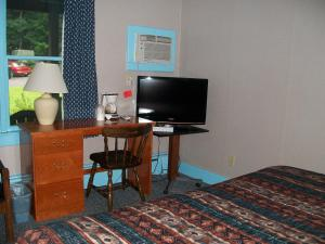 A television and/or entertainment centre at Mohican Motel