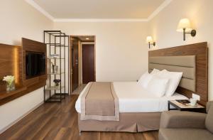 Кровать или кровати в номере Golden Crown Hotel