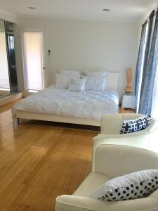 A bed or beds in a room at Bella by the beach