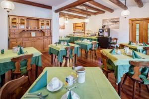 A restaurant or other place to eat at Hotel Al Larin