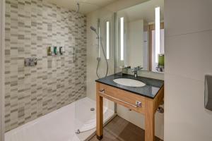 A bathroom at Hampton by Hilton Berlin City Centre Alexanderplatz