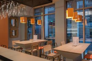 A restaurant or other place to eat at Kubic Athens Smart Hotel