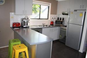 A kitchen or kitchenette at Sunderland Retreat Phillip Island