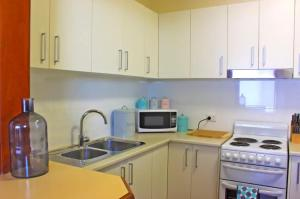 A kitchen or kitchenette at Halfrida-Peaceful Home