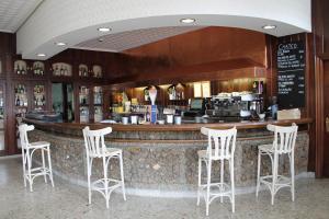 El salón o zona de bar de Hotel Montero