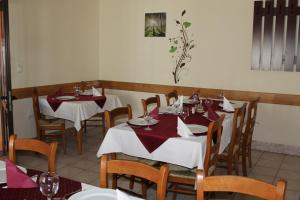 A restaurant or other place to eat at Pension Tip-Top